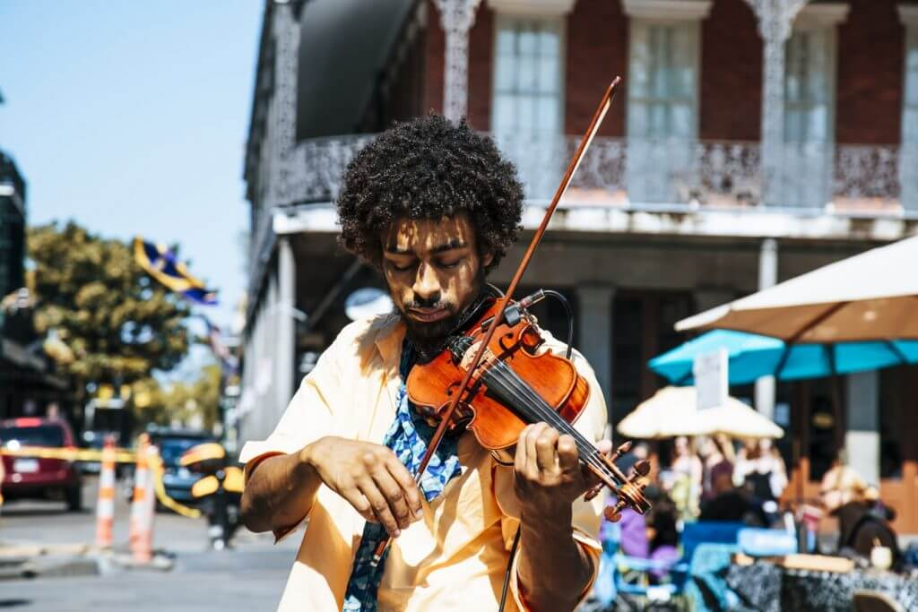 Musician plays the violin on the street